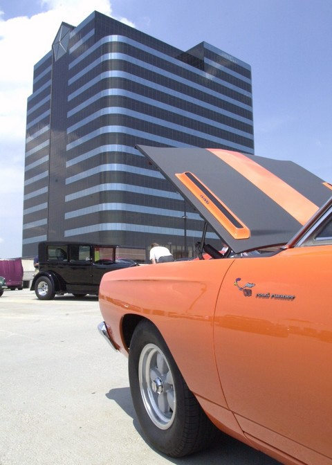 1968 Plymouth Road Runner & Headquarters Tower (1999 WW@WD DCTC)
